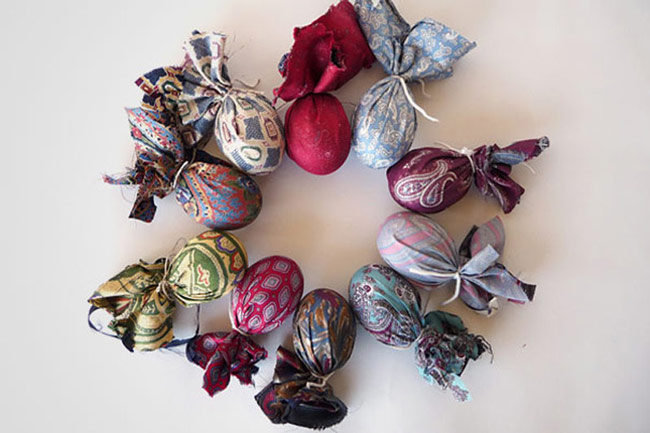 Easter-Eggs-5_Wrap_an_Egg_in an_Old_Tie_and_Boil_In_Water_with_Vinegar_2