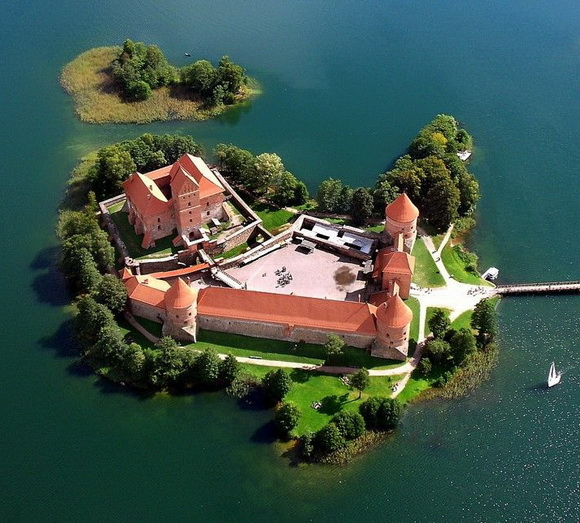 7-Trakai-Island-Castle-Lithuania-fabulous-islands-the-world-great-atmosphere-travel-photography