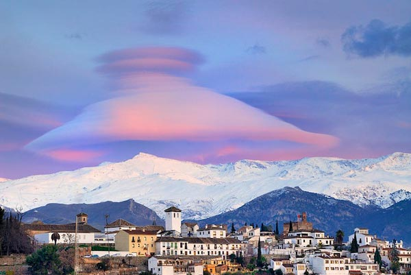 Amazing-lenticular-clouds-on-Earth-16-Granada-great-atmosphere