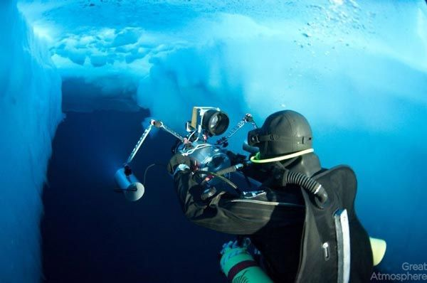 diving-under-ice-arctic-ocean-11-beautiful-blue-photography-great-atmosphere