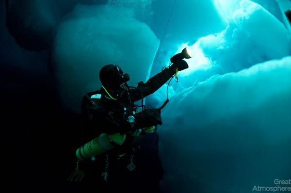 diving-under-ice-arctic-ocean-3-beautiful-blue-photography-great-atmosphere