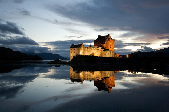eilean-donan-Castle-beautiful-lakes-great-atmosphere-travel-destination-beautiful