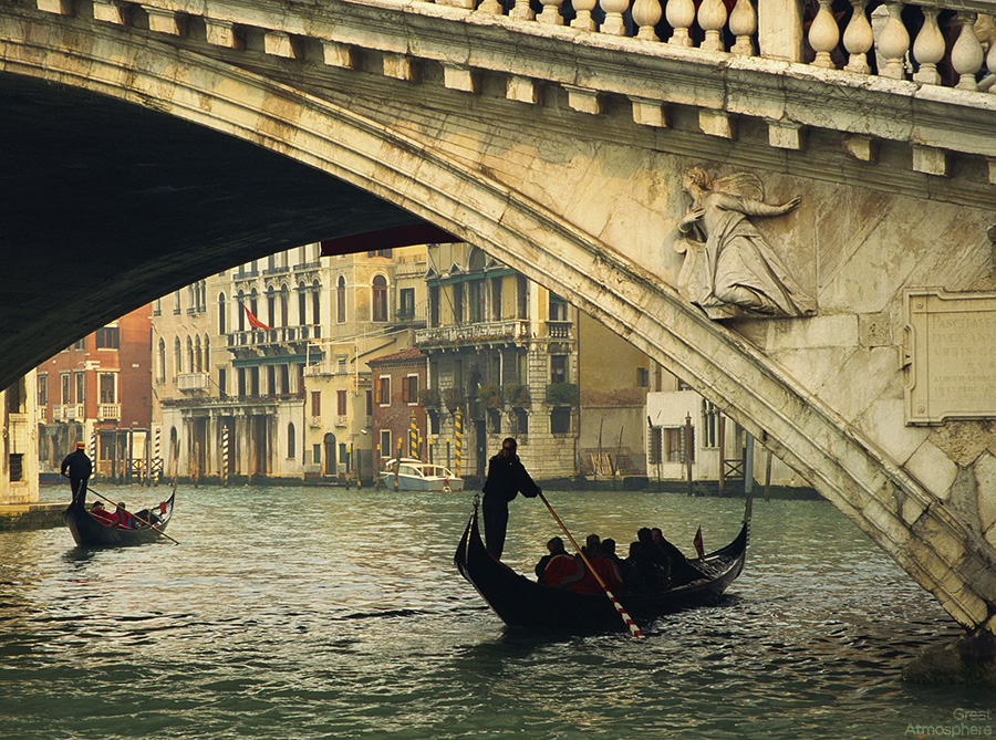 gondolas-rialto-bridge-grand-canal-venice-italy-great-atmosphere-travel-photography-212-1