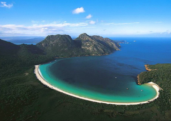 Wineglass-Bay-Tasmania-Australia-hidden-beaches-7-travel-great-atmosphere