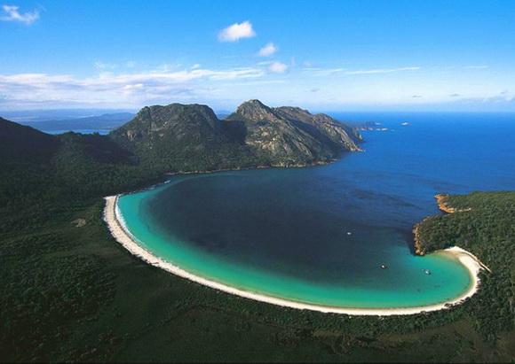 Wineglass-Bay-Tasmania-Australia-hidden-beaches-7-travel-great-atmosphere